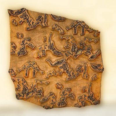 Płaskorzeźby z drewna – stylowe dodatki pełne symboliki